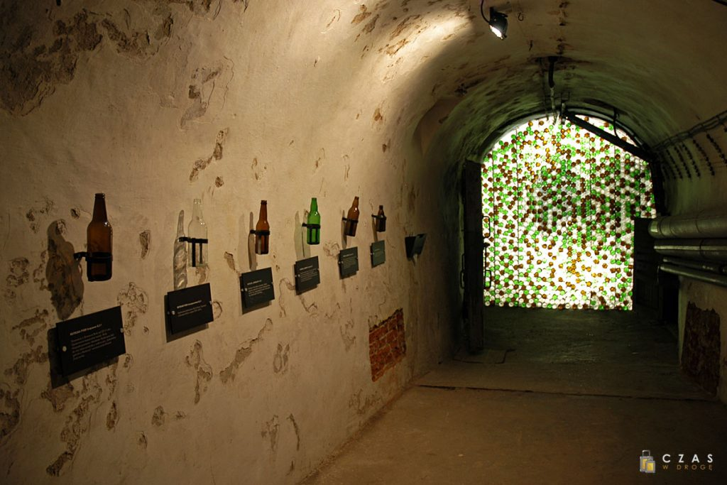 Ściana z butelek :) - tutaj trochę informacji o stosowanym szkle.