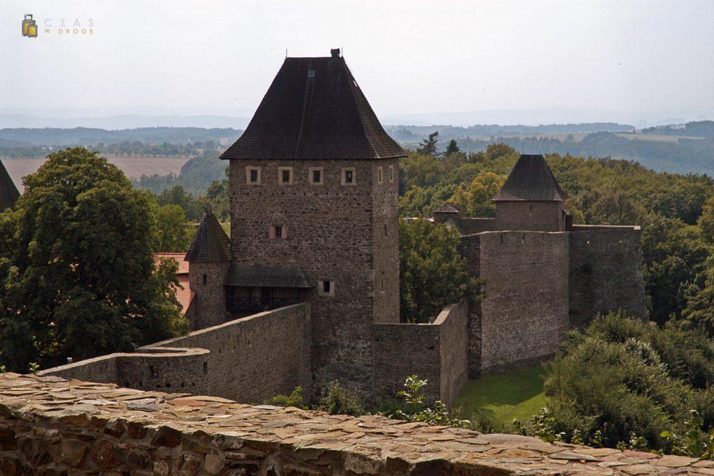 Widok na zamkowe umocnienia z wieży widokowej