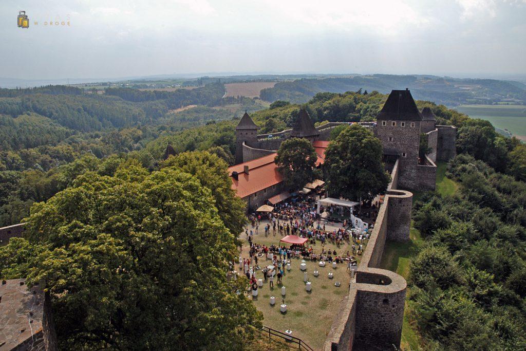 Widok na dolną część zamku z wieży widokowej