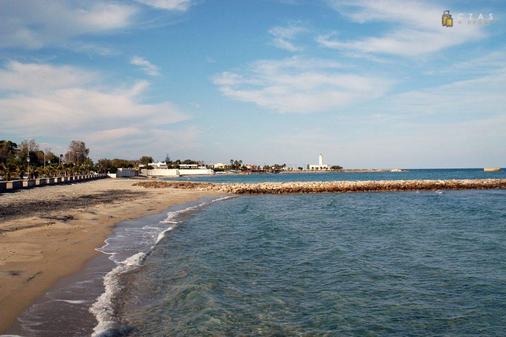 Plaża w San Cataldo - w tle latarnia morska