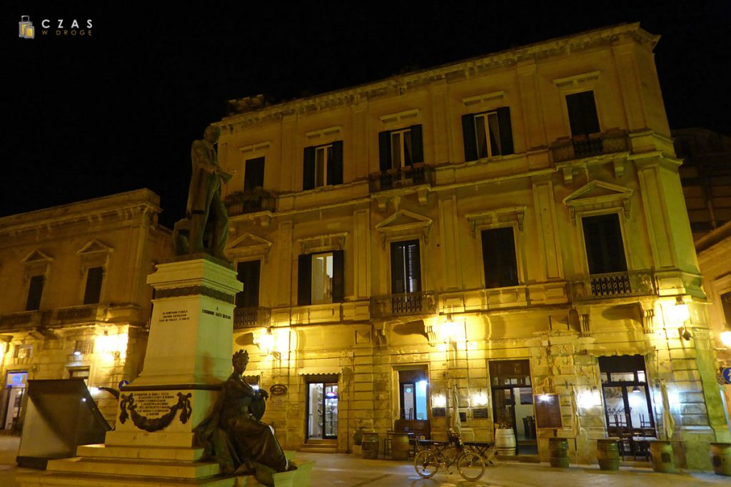 Lecce - jeden z placów miejskich wieczorową porą