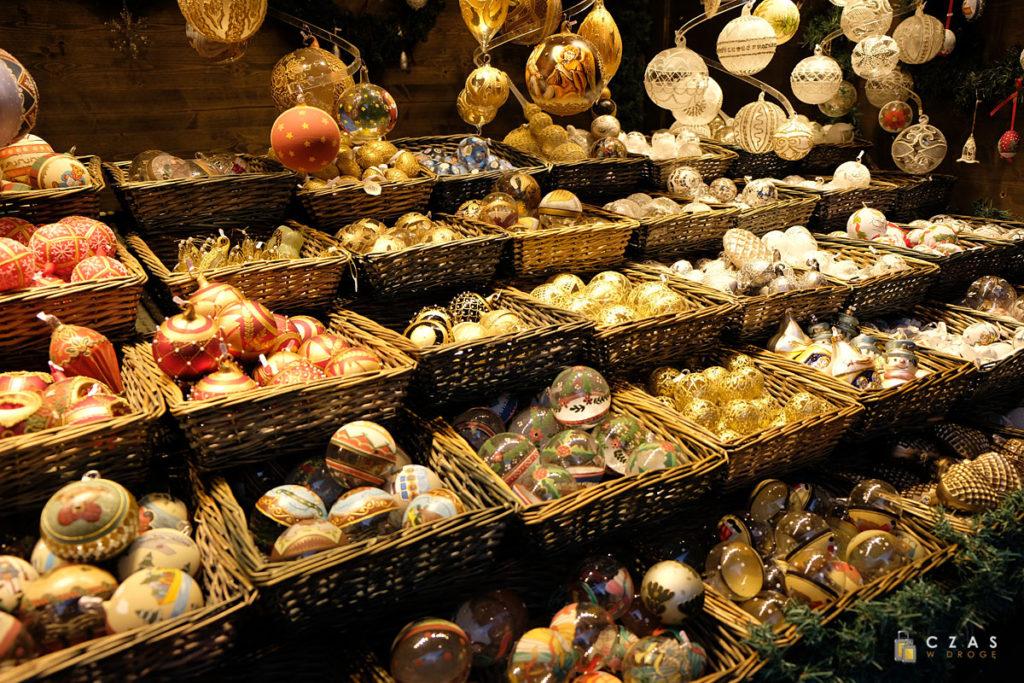 Spory wybór ręcznie dekorowanych bombek choinkowych
