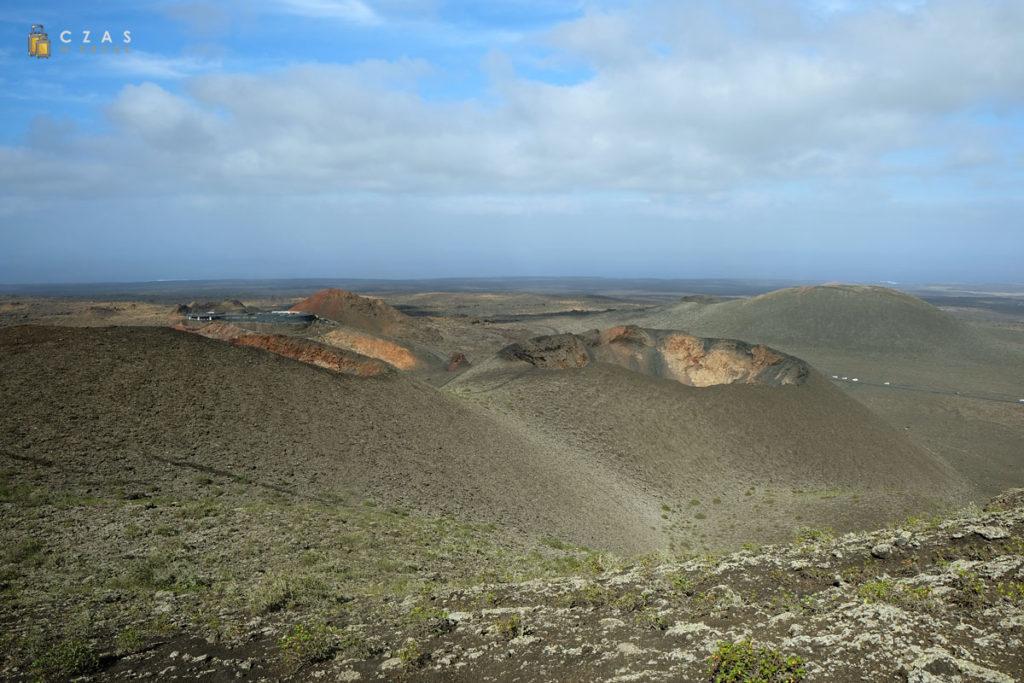 Trasa powrotna z objazdu Parku Narodowego Timanfaya - w tle widoczne zabudowania na Islote de Hilario