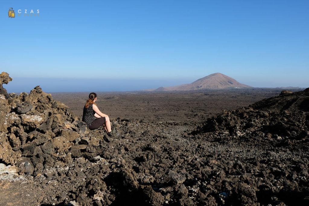 Krótka przerwa przed wejściem na kalderę ze świetnym widokiem na morze lawy i ocean