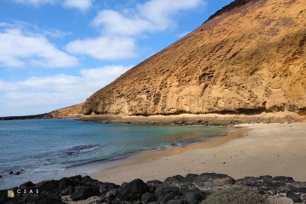 Playa Montaña Amarilla i charakterystyczne, żółte zbocze wulkanu.