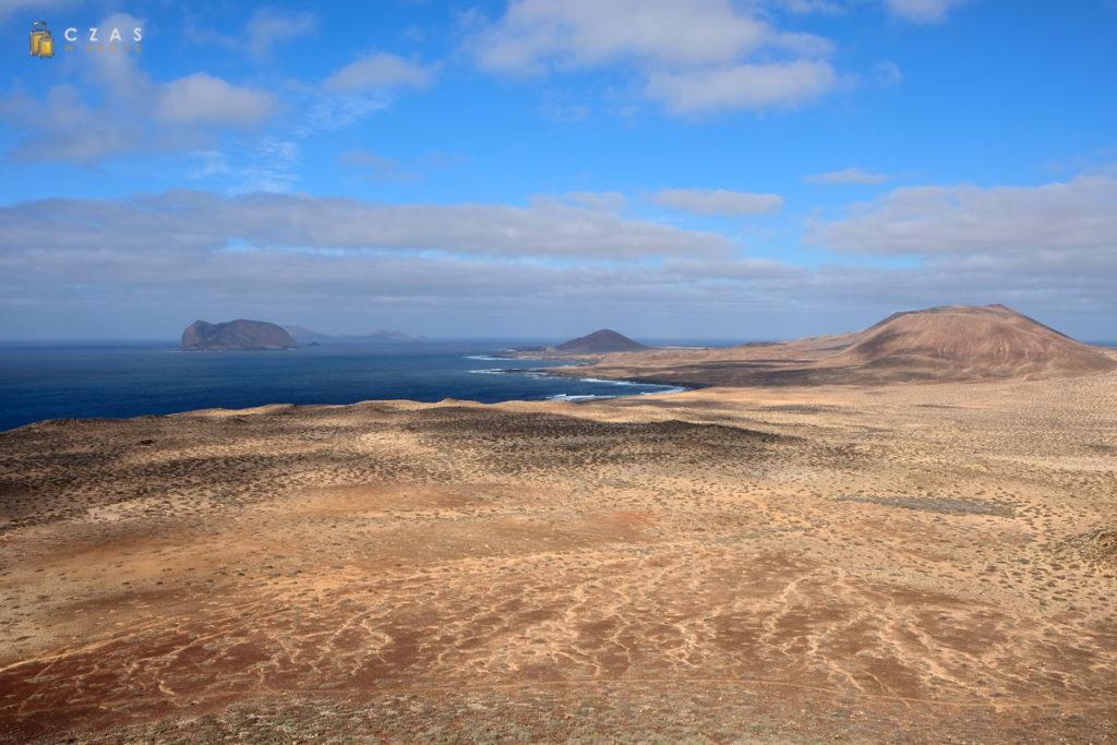 Widok na pozostałe wyspu archipelagu Chinijo ze zboczy Montaña Amarilla
