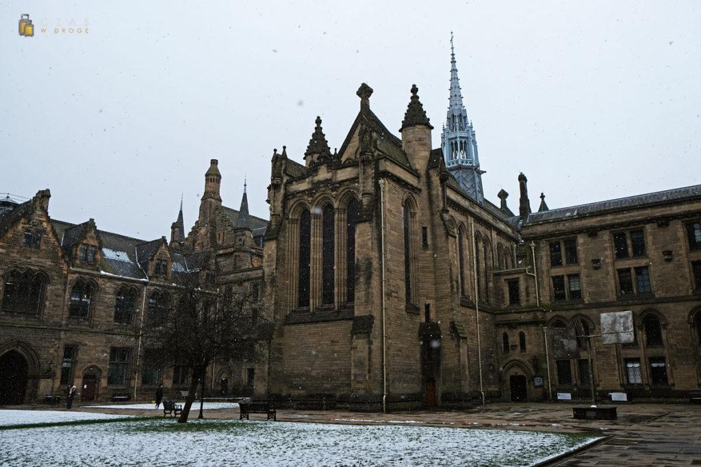 Kolejne ujęcie głównych zabudowań uniwersytetu w Glasgow