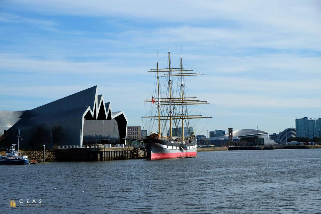 """Riverside Museum i """"Glenlee"""" widziane od strony nabrzeża w Govan"""
