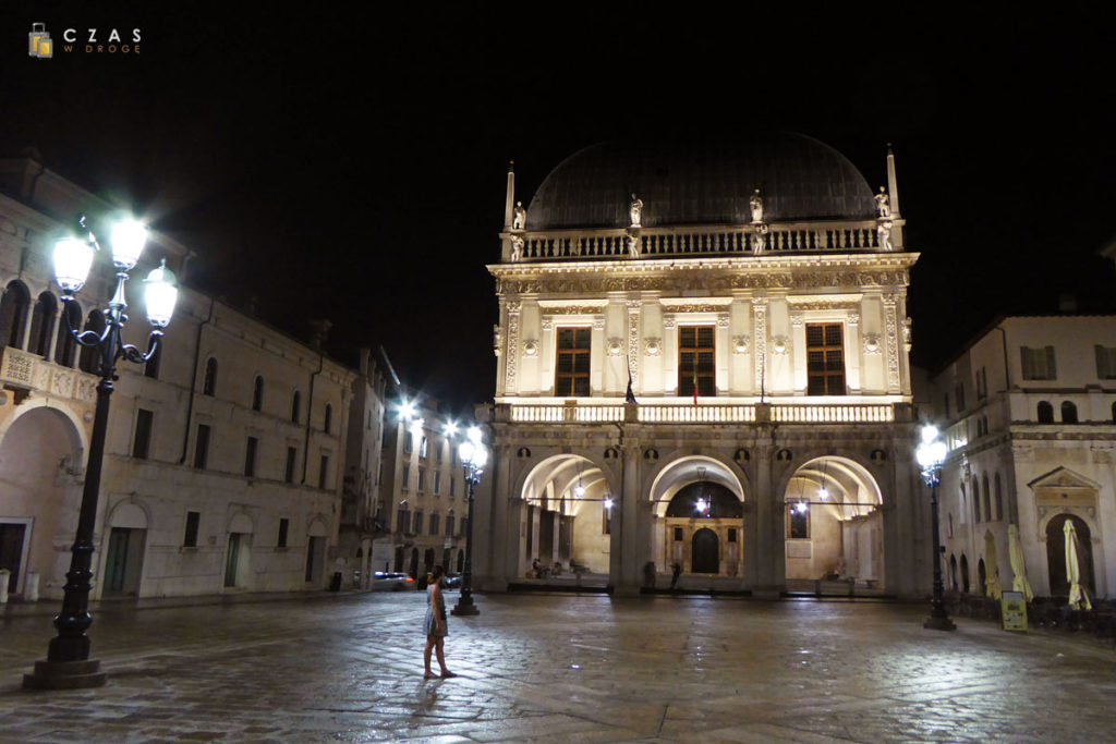 Piazza della Loggia nocą / Widok na ratusz