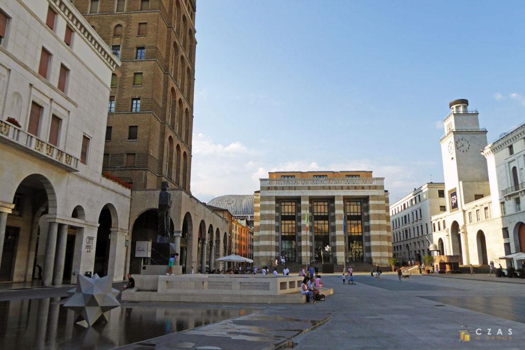 Charakterystyczna zabudowa Piazza della Vittoria