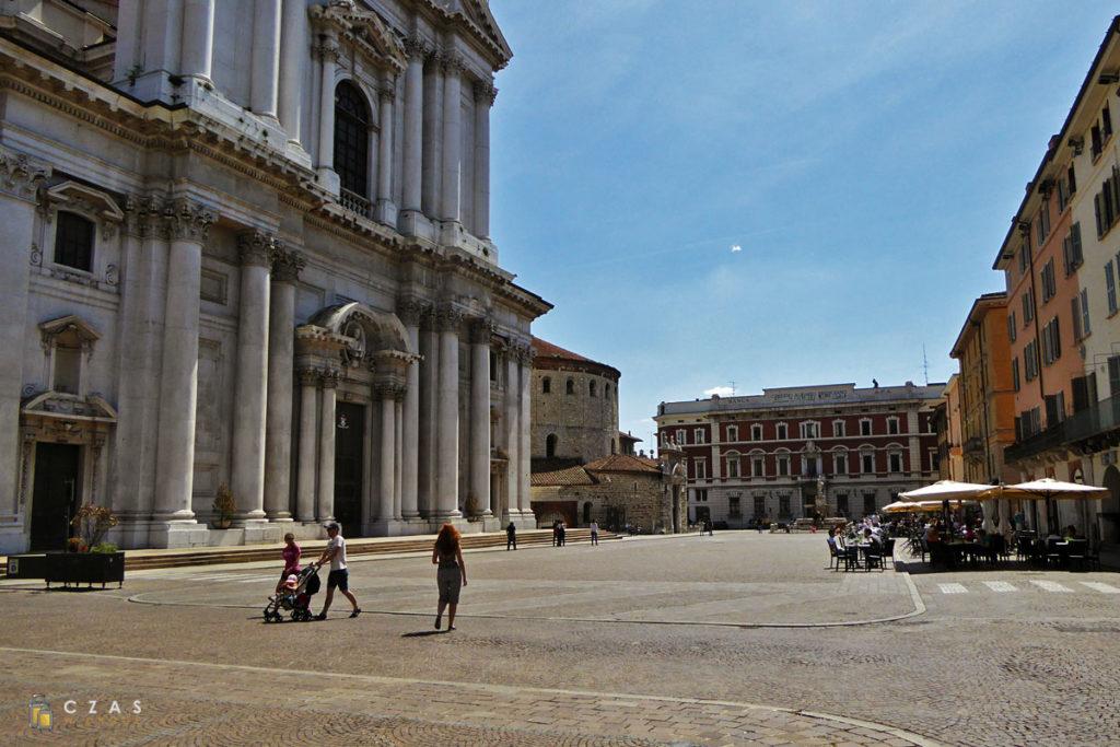 """Piazza Paolo VI - na pierwszym planie """"nowa"""" katedra"""