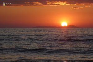 Zachód słońca obserwowany z plaży w Acharavi