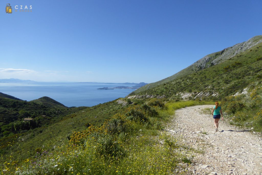 W drodze do Paleo Chorio (widoczne w dolinie po lewej stronie)
