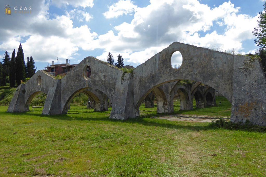 Ruiny stoczni weneckiej w Gouvigouvia