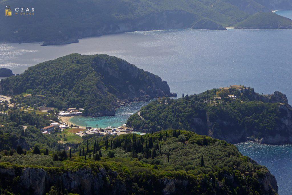 Widok z zamku Angelokastro na Paleokastritsę