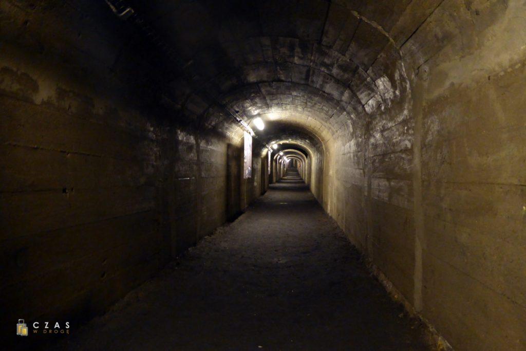 Podziemia Będzin - betonowy korytarz schronu