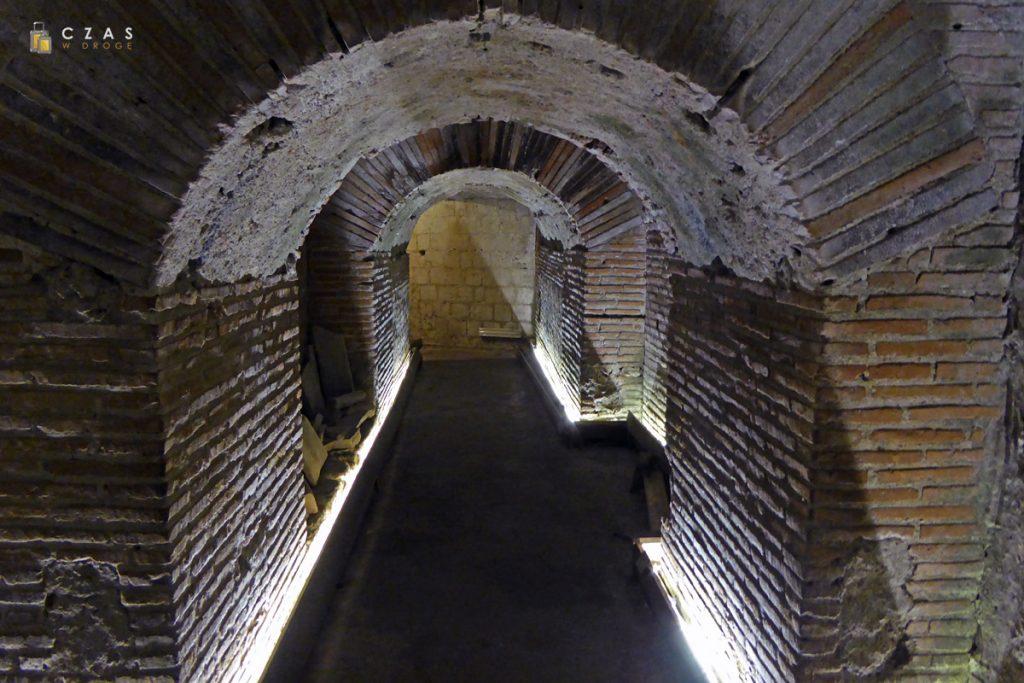 Pozostałości amfiteatru w podziemiach jednego z domów