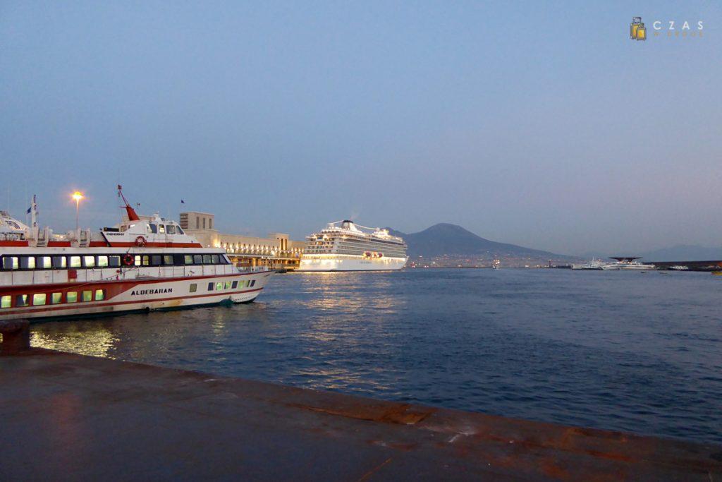 Zatoka Neapolitańska (w tle Wezuwiusz)