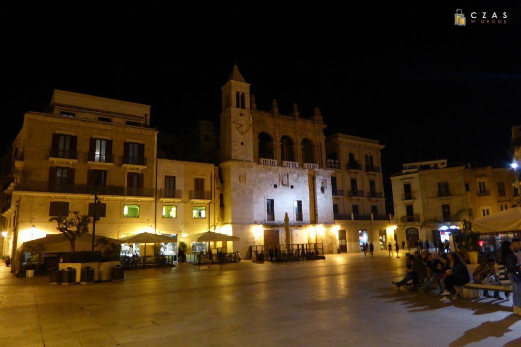Bari - Piazza del Ferrarese nocą
