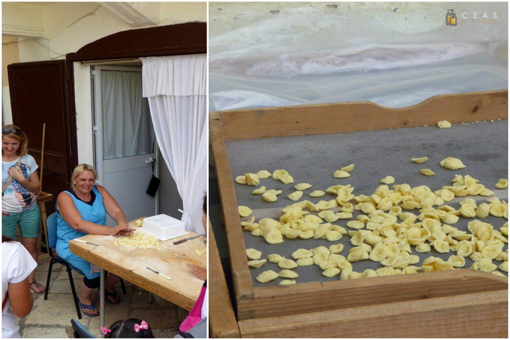 Pani przy produkcji Orecchiette / Suszący się makaron