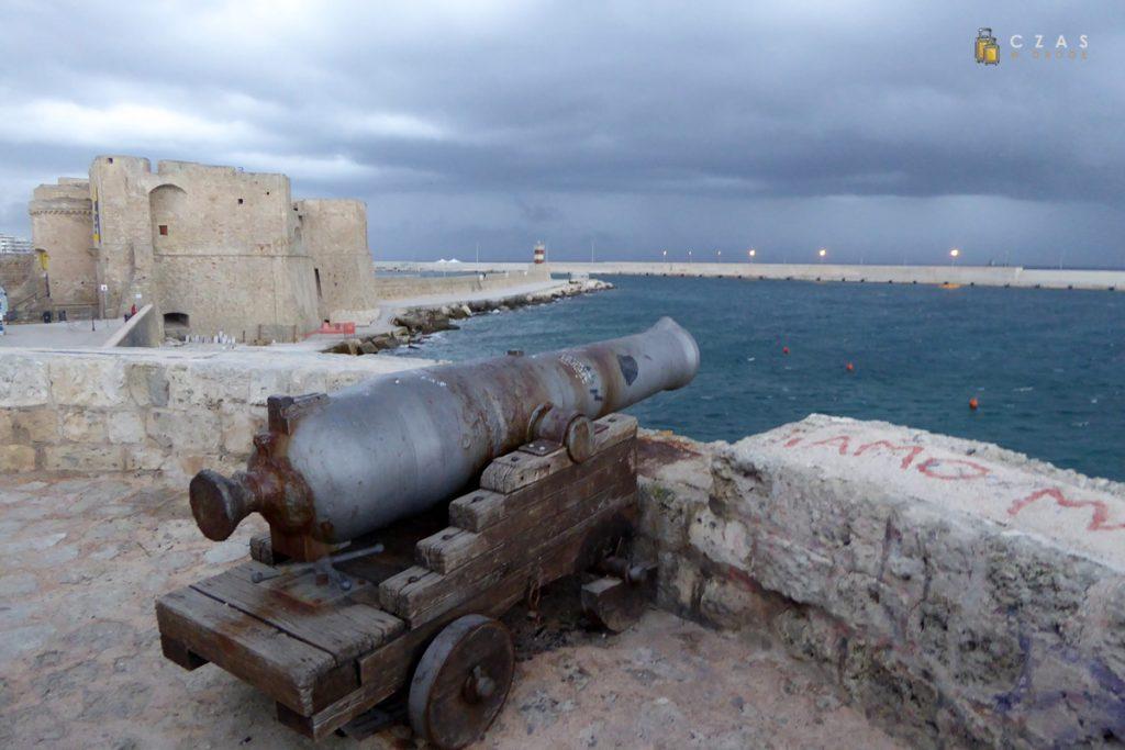 Widok na wejście do portu z bastionu Santa Maria