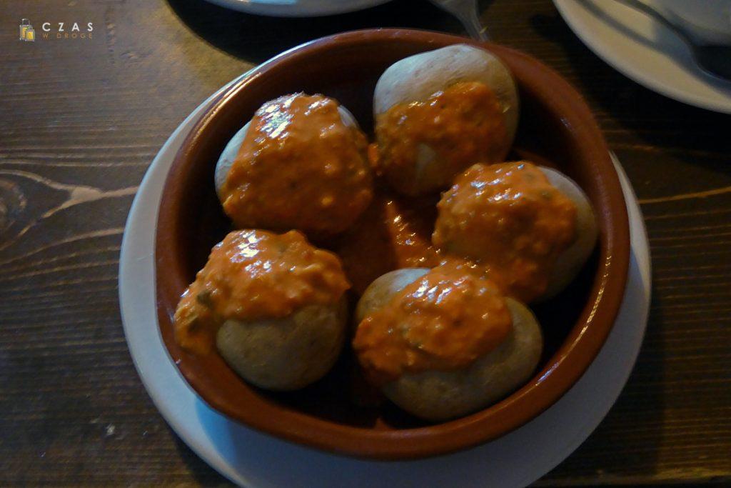Bardziej słuszna i klasyczna porcja papas arrugadas z sosem mojo rojo :)