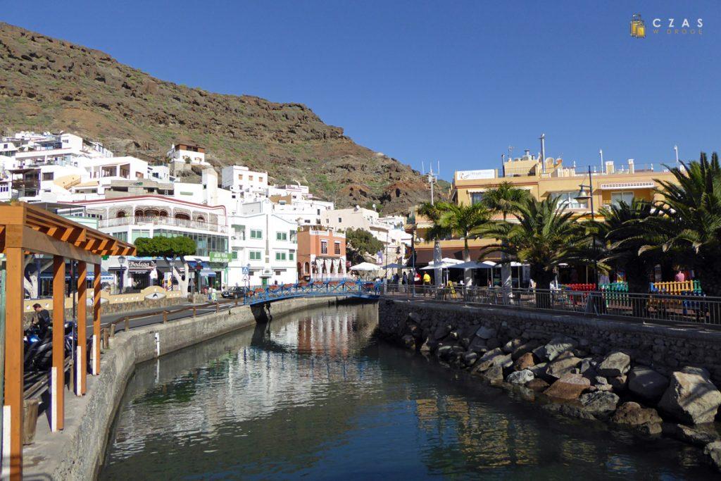 Kanał oddzielający starą część Puerto de Mogan od plaży