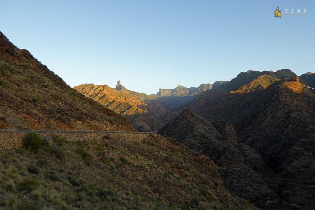 Szlak Zapór / W tle widoczne Roque Bentaiga oraz Roque Nublo