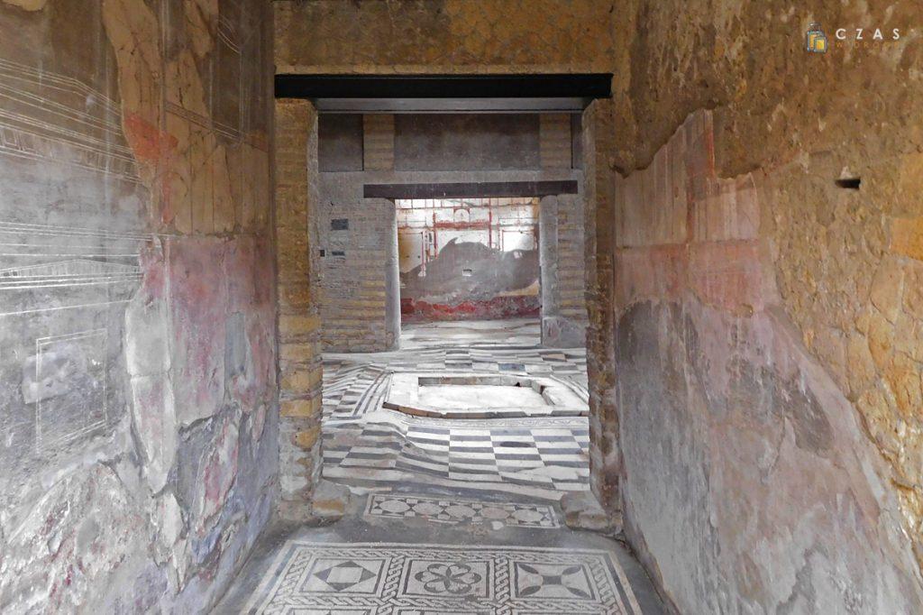 Wnętrze domu z mozaiką w atrium
