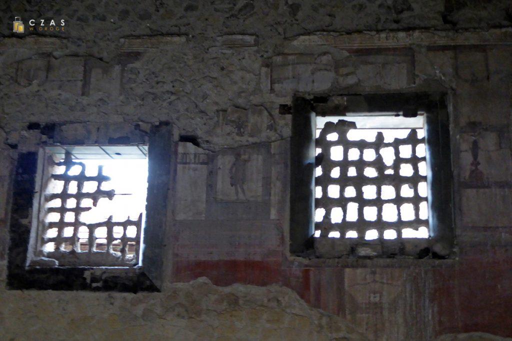Pozostałości krat okiennych