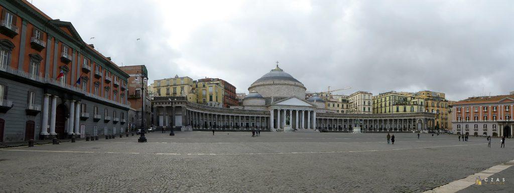 Piazza Plebiscito - kawałek za bazyliką znajduje się wejście go Galleria Borbonica