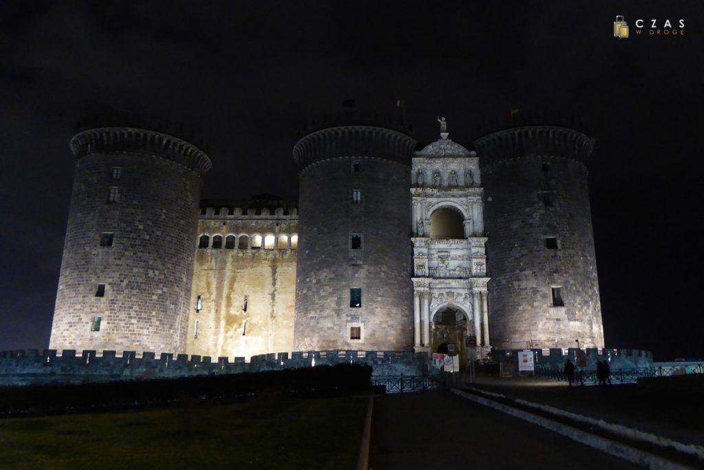 Castel Nuovo w wieczornej iluminacji