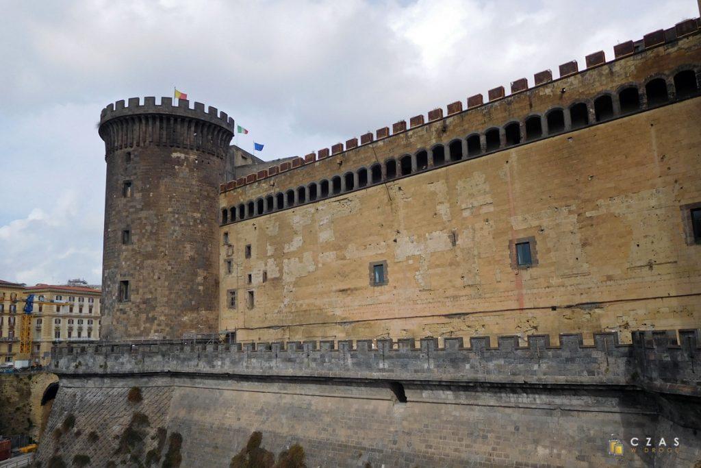 Castel Nuovo wraz z suchą fosą