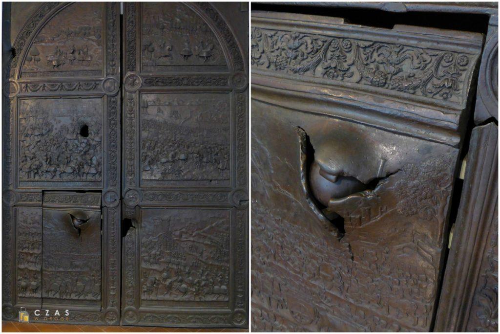 Brązowa brama wejściowa do zamku z wbitą kulą armatnią :)