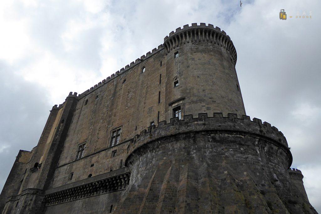 Castel Nuovo z poziomu fosy