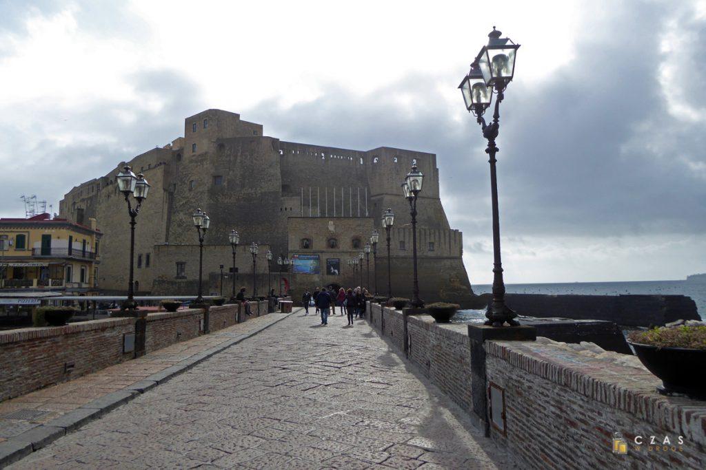 Widok na Castel dell'Ovo od strony grobli