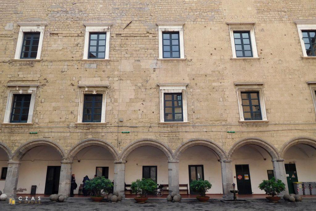 Castel Nuovo - dziedziniec zamkowy