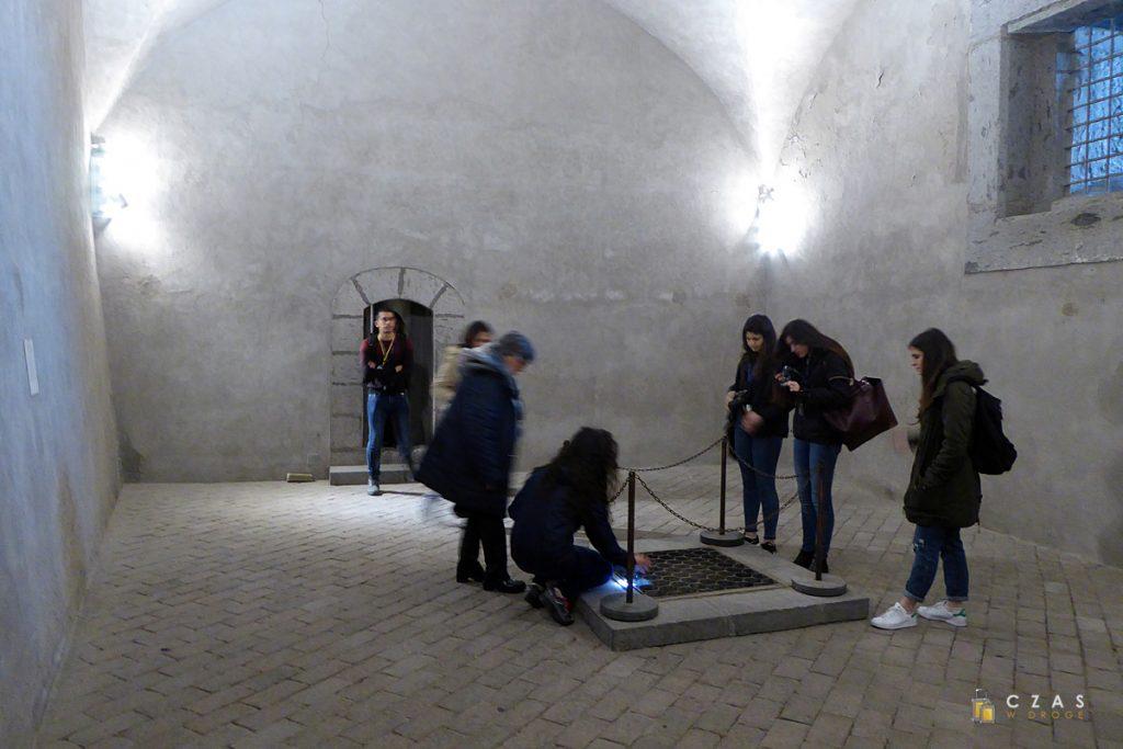 Castel Nuovo - otwór prowadzący do zamkowych lochów