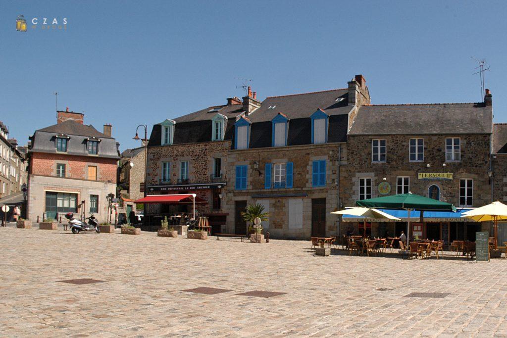 Plac przed wejściem do zamku