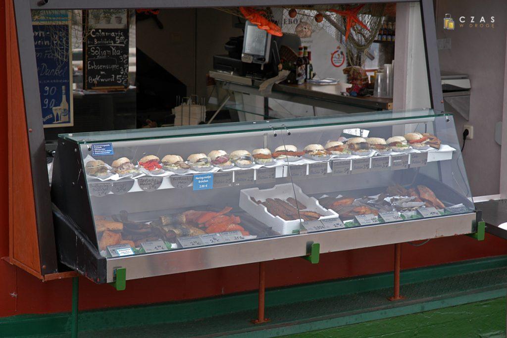 Spory wybór ryb oraz bułek z rybą / Port w Sassnitz