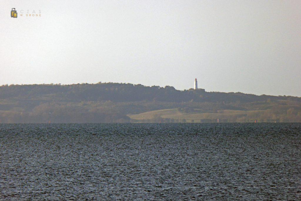 Latarnia Dornbush na wyspie Hiddensee widziana z wyspy Ummanz