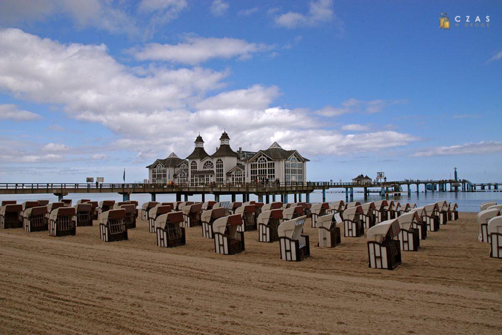 Kosze plażowe i molo w Sellin