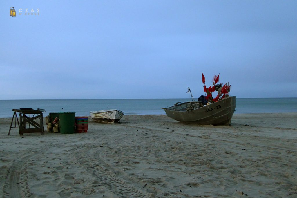 Łodzie rybackie na plaży w Baabe