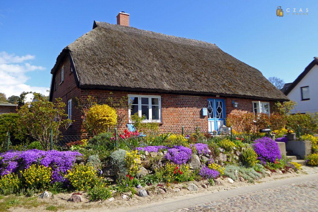 Typowy dom kryty strzechą