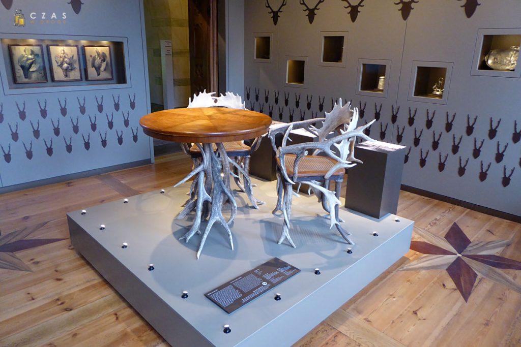 Stolik i krzesła wykonane z poroża.
