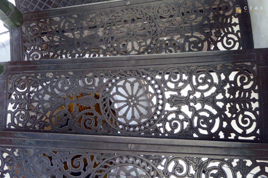 Misternie wykonane ażurowe stopnie schodów na wieżę widokową.