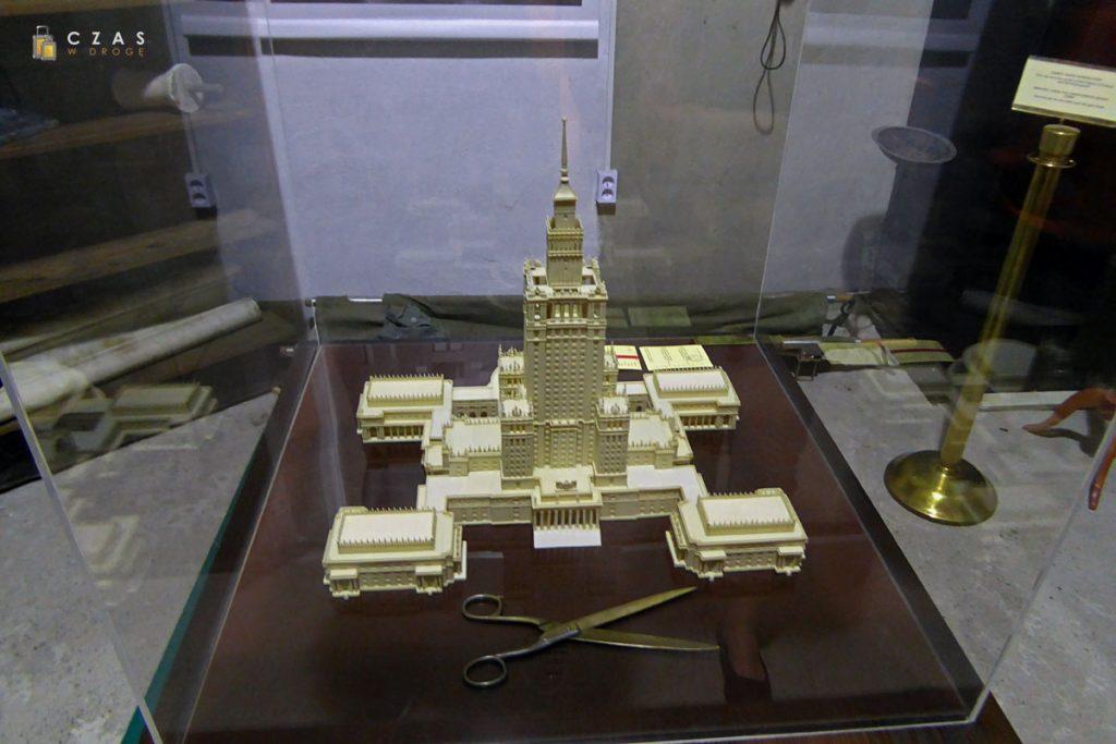 Makieta Pałacu oraz nożyce użyte podczas ceremoni otwarcia
