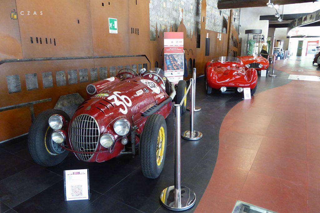 Pojazdy na wystawie w muzeum Mille Miglia