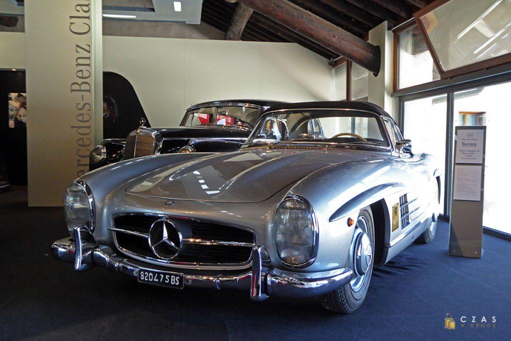 Na końcu trasy znajdziemy wystawę klasycznych Mercedesów