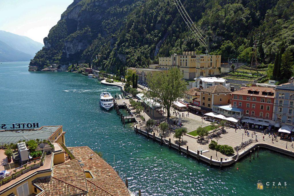 Widok z Torre Apponale na nabrzeże w Riva del Garda